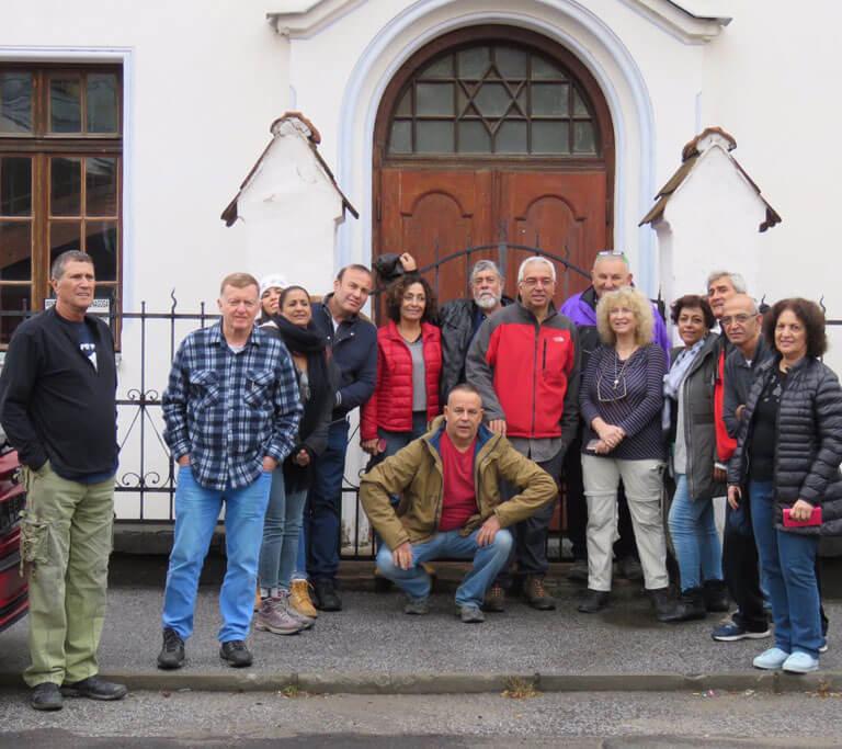 הקבוצה בבית הכנסת