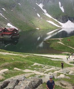 נוף של אגם עם בית