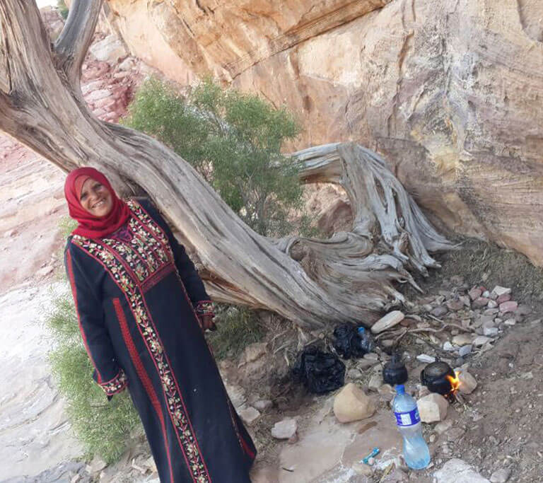 אישה מקומית ליד עץ זית